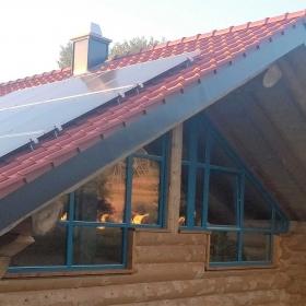 Naturstamm-Blockhaus mit Glasgiebel