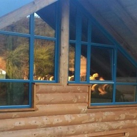 Blockhaus mit modernem Glasgiebel