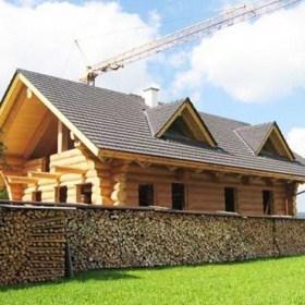 Naturstamm Wohnhaus