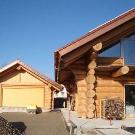 Naturstammhaus mit Naturstamm-Garage