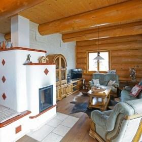 Innenausbau im Naturstammhauss - Offener Wohnbereich mit Grundofen